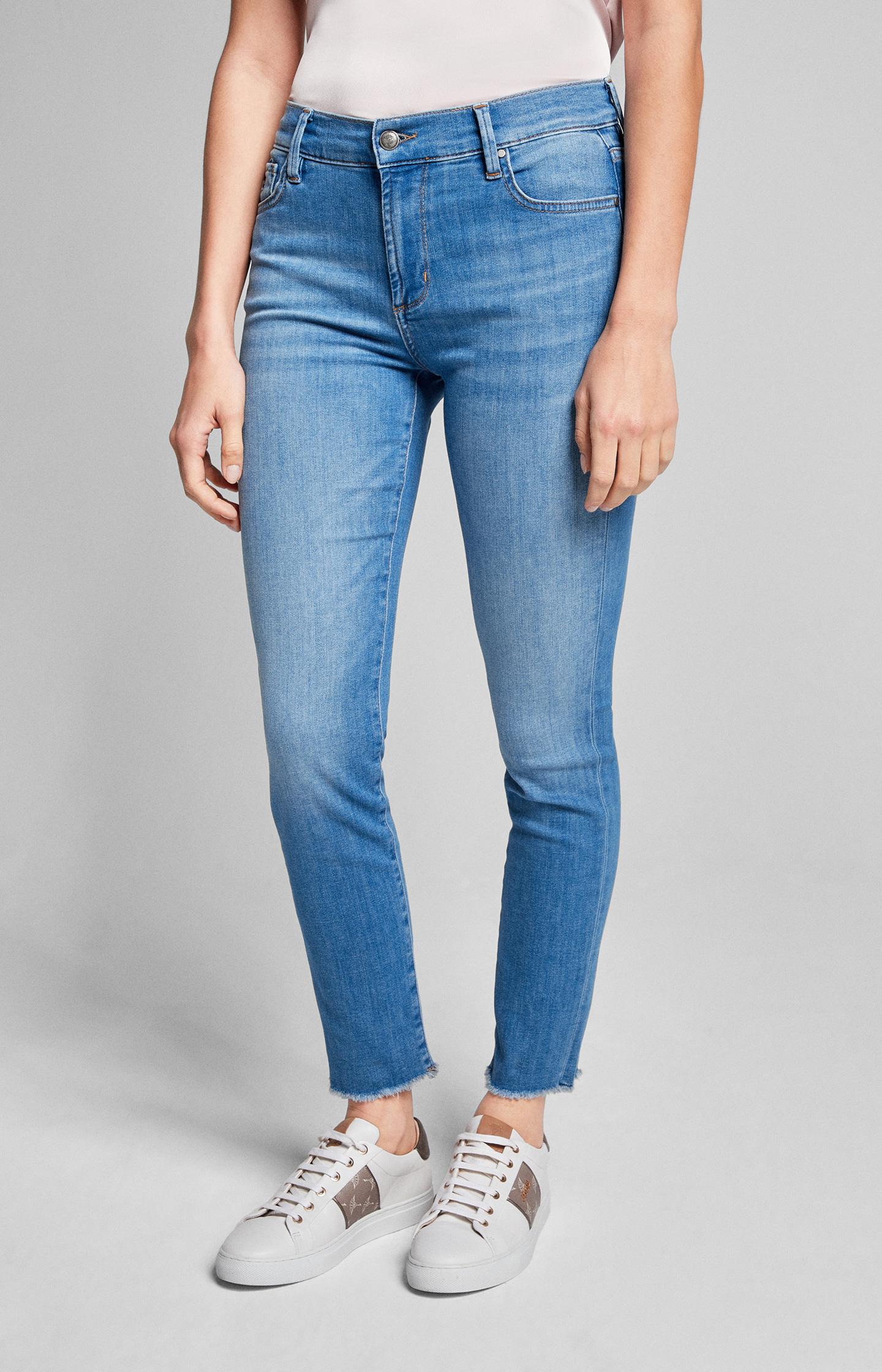 Artikel klicken und genauer betrachten! - Im modernen Hellblau mit leichten Waschungen bereichert Jeans Sol die Casual-Garderobe. Der Slim Fit betont die feminine Silhouette, während das smarte 5-Pocket-Design den Style harmonisch ergänzt. Als besonderer Eyecatcher präsentieren sich die offenen, leicht fransigen Schnittkanten an den Beinabschlüssen. Cornflower-Plaketten und JOOP! Schriftzüge setzen markengerechte Akzente.   im Online Shop kaufen