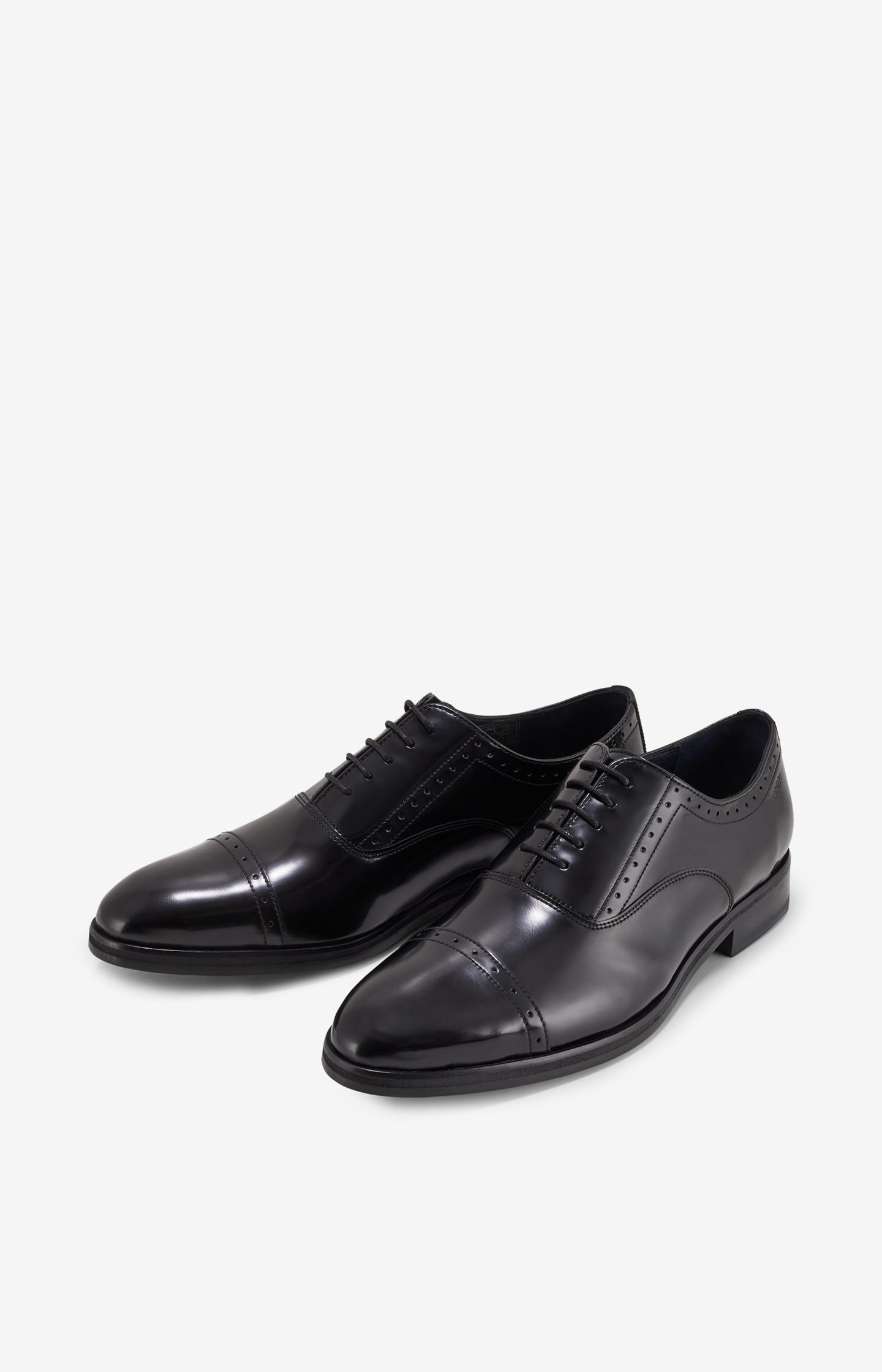 Artikel klicken und genauer betrachten! - Ergänzen Sie Ihr Schuh-Repertoire um diese klassischen Schnürer aus glänzendem Lackleder. Das luxuriöse Design mit charakteristischer Lyralochung sowie einer mandelförmigen Vorderkappe ist ein Highlight für exklusive Business-Outfits und der Beweis für Stil. Das Modell ist aus poliertem Leder gefertigt und sorgt mit seinem teilgummierten Absatz für höchsten Tragekomfort.   im Online Shop kaufen